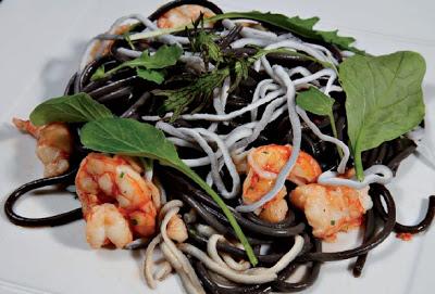Espaguetis negros con Gulas y Langostinos