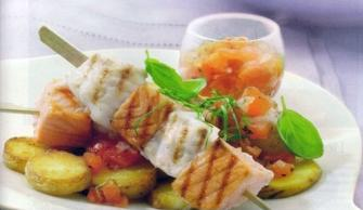 Recetas de pez espada, recetas de salmón: Brochetas de pez espada y salmón con daditos de tomate