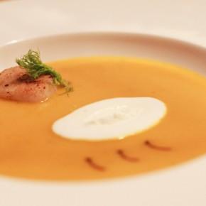 Sopa cremosa de langostinos con pimiento rojo