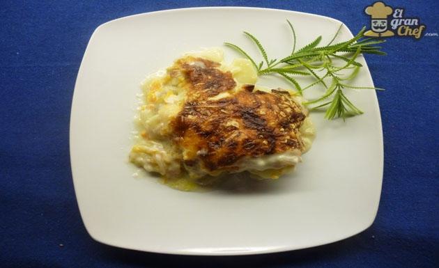 Recetas de San Valentín: merluza al horno con papas y salsa blanca