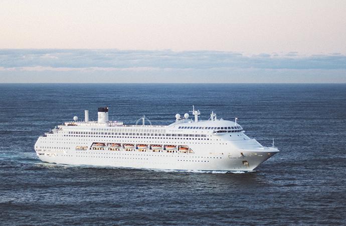 El crucero Zenith llega a Vigo para movilizar a 1.300 pasajeros.